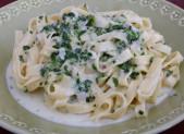 Tagliatelles aux épinards, sauce Gorgonzola et pignons de pins