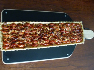 Tarte aux tomates cerises présenté sur la planche à découper double face Eve de chez cookut