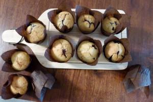 Muffins présentés sur la planche à découper double face Eve de chez cookut